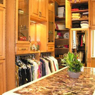 Foto de armario vestidor de hombre, clásico, grande, con armarios con paneles con relieve y puertas de armario de madera clara