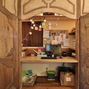 Ejemplo de armario de mujer, rústico, pequeño, con armarios con paneles con relieve, puertas de armario con efecto envejecido, suelo de madera en tonos medios y suelo marrón