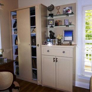 Imagen de armario de mujer, marinero, de tamaño medio, con armarios estilo shaker, puertas de armario beige y suelo de madera en tonos medios
