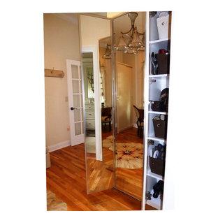 Foto de vestidor de mujer, costero, de tamaño medio, con armarios tipo vitrina, puertas de armario beige y suelo de madera en tonos medios