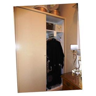 Ispirazione per un armadio o armadio a muro per donna stile marino di medie dimensioni con ante in stile shaker, ante beige e pavimento in legno massello medio