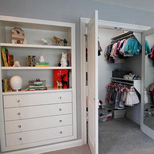 Modelo de armario vestidor unisex, de estilo americano, de tamaño medio, con armarios abiertos, moqueta y suelo gris