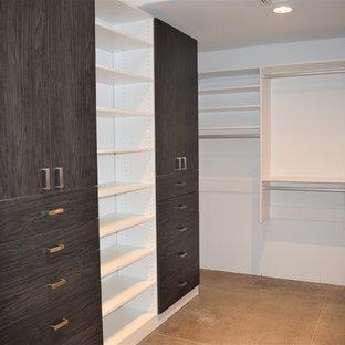 Idee per armadi e cabine armadio contemporanei con ante lisce, ante in legno bruno, pavimento in cemento e pavimento grigio