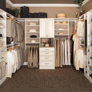 Klassisk inredning av ett stort walk-in-closet för könsneutrala, med luckor med infälld panel, vita skåp, heltäckningsmatta och brunt golv