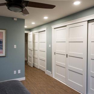 Ispirazione per un armadio o armadio a muro unisex chic di medie dimensioni con ante in stile shaker, ante bianche e pavimento in vinile