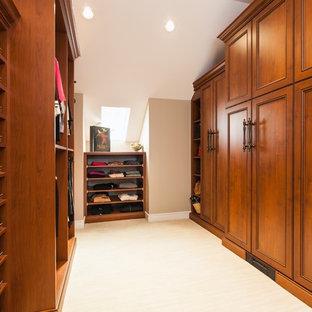 Idee per una grande cabina armadio unisex tradizionale con ante in stile shaker, ante in legno bruno, pavimento in gres porcellanato e pavimento beige