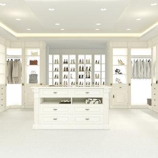 Diseño de vestidor de mujer, tradicional renovado, extra grande, con armarios con paneles con relieve, puertas de armario blancas, moqueta y suelo blanco