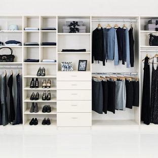 Ejemplo de armario unisex, tradicional, grande, con puertas de armario blancas y armarios con paneles lisos