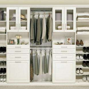 Idee per un armadio o armadio a muro unisex design di medie dimensioni con ante bianche e moquette