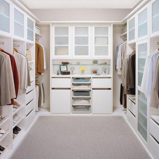 Imagen de armario vestidor unisex, actual, pequeño, con puertas de armario blancas y moqueta