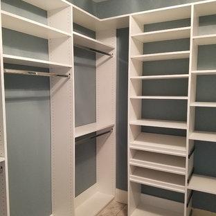 Esempio di una cabina armadio unisex tradizionale di medie dimensioni con nessun'anta, ante bianche, pavimento in gres porcellanato e pavimento marrone