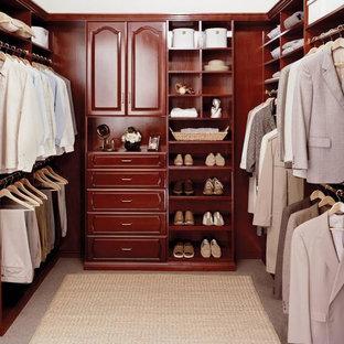 Foto de armario vestidor de hombre, tradicional renovado, de tamaño medio, con armarios con paneles con relieve, puertas de armario de madera oscura, moqueta y suelo beige