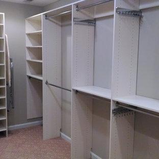 Diseño de armario vestidor unisex, clásico renovado, de tamaño medio, con armarios con paneles con relieve, puertas de armario blancas y moqueta