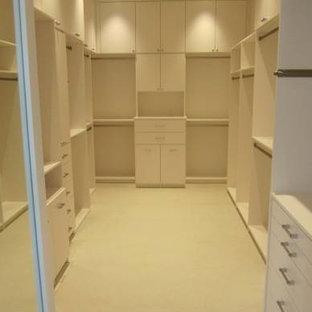 Ispirazione per una grande cabina armadio unisex design con ante lisce, ante bianche, pavimento beige e pavimento in gres porcellanato