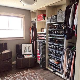 Immagine di uno spazio per vestirsi unisex design di medie dimensioni con ante lisce, ante in legno chiaro, pavimento in vinile e pavimento marrone