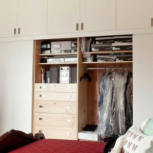 Modelo de armario unisex, actual, grande, con armarios con paneles lisos y puertas de armario de madera oscura