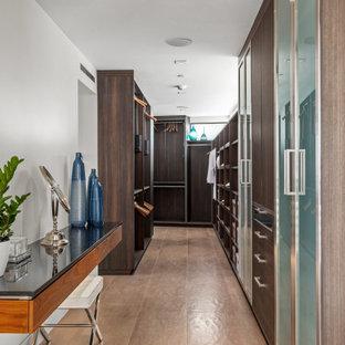 Diseño de armario vestidor unisex, contemporáneo, de tamaño medio, con armarios abiertos, puertas de armario de madera en tonos medios, suelo de baldosas de cerámica y suelo beige