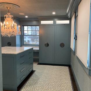 Foto de armario vestidor papel pintado, de tamaño medio, con armarios con paneles lisos, puertas de armario azules, moqueta y papel pintado