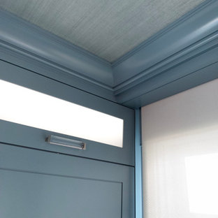 Foto de armario vestidor papel pintado, de tamaño medio, con armarios con paneles lisos, puertas de armario azules y papel pintado