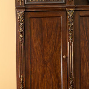 Immagine di grandi armadi e cabine armadio unisex classici con ante con bugna sagomata, ante in legno scuro, pavimento in legno verniciato e pavimento marrone