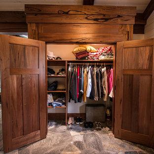 Immagine di un grande armadio o armadio a muro stile americano con ante con riquadro incassato e ante in legno chiaro