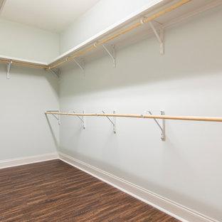 Idee per una cabina armadio unisex classica di medie dimensioni con pavimento in vinile e pavimento marrone