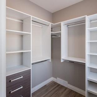 Idées déco pour un petit dressing classique neutre avec un placard à porte plane, des portes de placard en bois brun et sol en stratifié.