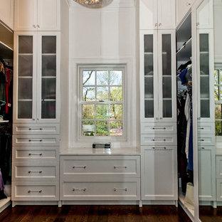 Modelo de armario vestidor tradicional renovado con puertas de armario blancas