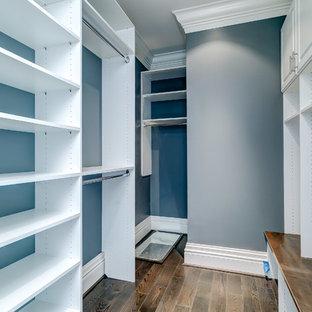 Diseño de armario vestidor unisex, tradicional renovado, de tamaño medio, con armarios con paneles lisos, puertas de armario blancas y suelo de madera oscura