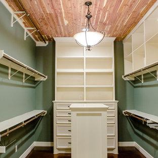Idee per una cabina armadio per donna di medie dimensioni con nessun'anta, ante bianche e pavimento in cemento