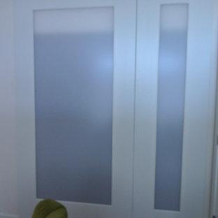 Immagine di armadi e cabine armadio tradizionali con ante di vetro e ante bianche