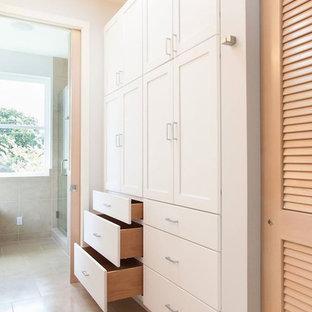 Ejemplo de armario y vestidor unisex, minimalista, pequeño, con armarios estilo shaker, puertas de armario blancas y suelo de baldosas de porcelana