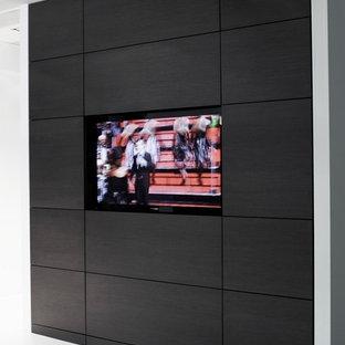 Ejemplo de armario vestidor unisex, minimalista, de tamaño medio, con puertas de armario grises, suelo de baldosas de porcelana y armarios con paneles lisos