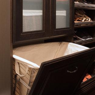 Immagine di una piccola cabina armadio per donna tradizionale con ante con bugna sagomata, ante in legno bruno e parquet scuro