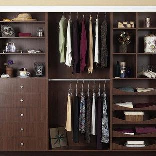 Diseño de armario unisex, moderno, pequeño, con armarios con paneles lisos y puertas de armario de madera en tonos medios