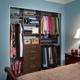 Modelo de armario unisex, minimalista, pequeño, con armarios con paneles lisos y puertas de armario de madera en tonos medios