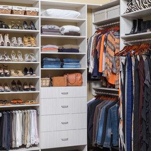 Inspiration för mellanstora klassiska walk-in-closets för kvinnor, med släta luckor, vita skåp och mörkt trägolv