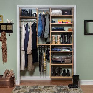 Foto de armario unisex, clásico renovado, pequeño, con armarios con paneles lisos, puertas de armario de madera clara y suelo de madera en tonos medios