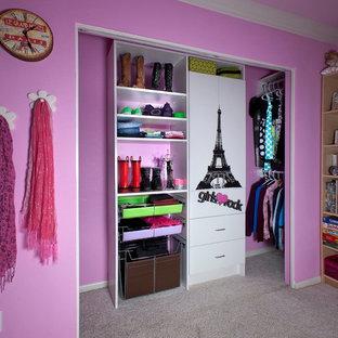 Immagine di un piccolo armadio o armadio a muro per donna tradizionale con ante lisce, ante bianche e moquette