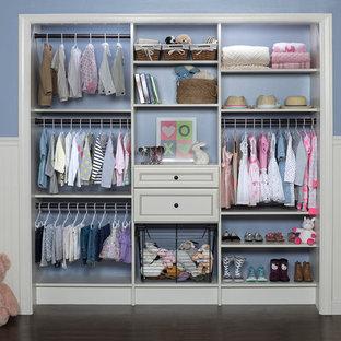 Modelo de armario de mujer, tradicional renovado, pequeño, con armarios con paneles empotrados, puertas de armario blancas y suelo de madera oscura