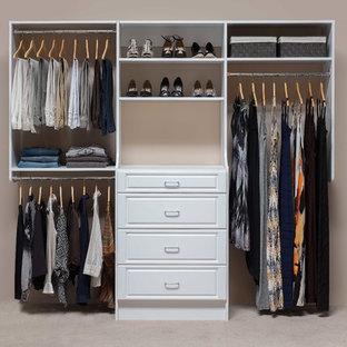 Modelo de armario de mujer, tradicional renovado, pequeño, con armarios con paneles con relieve, puertas de armario blancas y moqueta