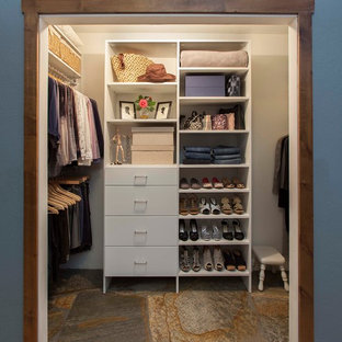 Foto de armario de mujer, clásico renovado, de tamaño medio, con armarios con paneles lisos, puertas de armario blancas y suelo de pizarra