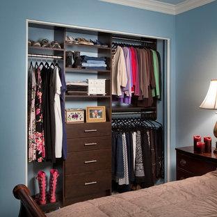 Imagen de armario de mujer, tradicional renovado, pequeño, con armarios con paneles lisos, puertas de armario de madera en tonos medios y moqueta