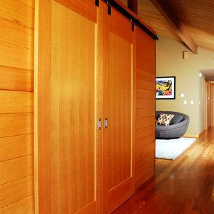シアトルのトラディショナルスタイルのおしゃれな収納・クローゼットの写真