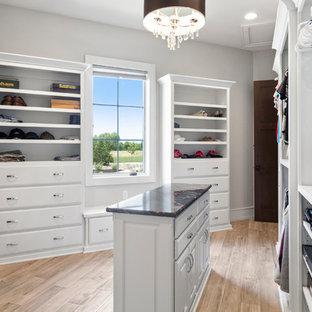 Foto de armario vestidor unisex, tradicional renovado, extra grande, con armarios con paneles con relieve, puertas de armario blancas, suelo de baldosas de cerámica y suelo blanco