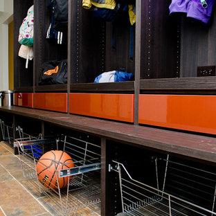 Idéer för ett stort modernt walk-in-closet för könsneutrala, med öppna hyllor, bruna skåp och klinkergolv i terrakotta