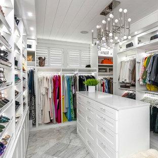 Großer, Neutraler Moderner Begehbarer Kleiderschrank mit Schrankfronten im Shaker-Stil, weißen Schränken, Porzellan-Bodenfliesen und grauem Boden in Philadelphia