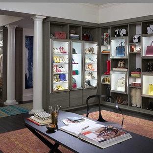 Foto de armario vestidor de mujer, tradicional renovado, extra grande, con armarios con paneles lisos, puertas de armario de madera en tonos medios, suelo de madera oscura y suelo negro