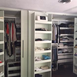 Exempel på ett mellanstort klassiskt walk-in-closet för könsneutrala, med öppna hyllor, vita skåp och heltäckningsmatta
