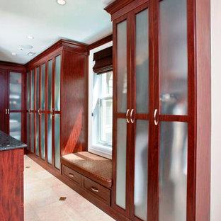 Imagen de armario vestidor tradicional, extra grande, con armarios estilo shaker, puertas de armario de madera en tonos medios y suelo de mármol